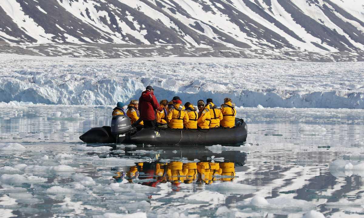 QUA_3_QUA_RTD_zodiac-cruising-arctic
